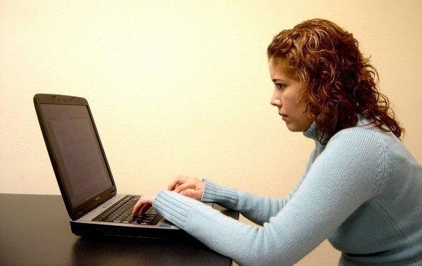 Ngồi quá lâu trước máy tính, nguy cơ mắc bệnh rối loạn tiền đình Bệnh rối loạn tiền đình – Bệnh văn phòng